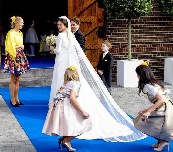 Nagyon egyszerű, zárt menyasszonyi ruhát választott.