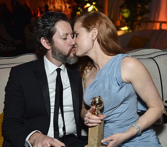 Amy Adams kissé szemérmesebben csókolta meg élete párját, Darren Le Gallót - ekkor már vele volt az Arany Glóbusz is, amit a legjobb színésznő kategóriában kapott a Nagy szemek című filmben nyújtott alakításáért.