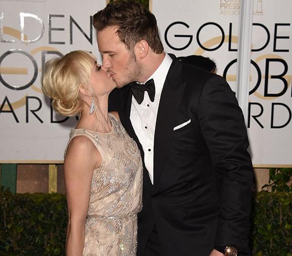Chris Pratt, A galaxis őrzői című film főszereplője és a felesége, Anna Faris színésznő sem bírtak magukkal a vörös szőnyegen, és elcsattant egy csók a Golden Globe feliratos fotósfal előtt.