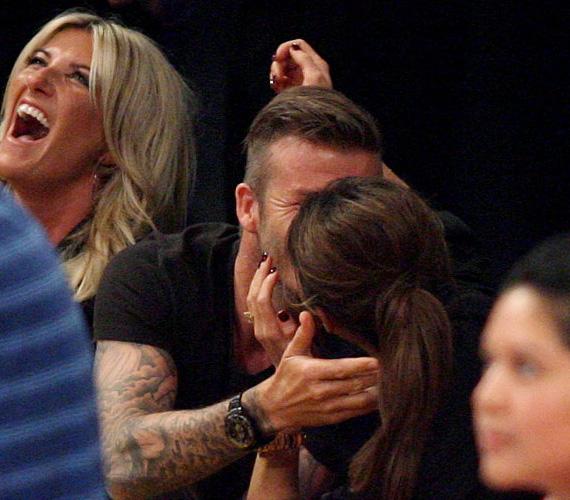 Victoria Beckham 15 éve David Beckham felesége, de nem gyakran látta a világ a sztárpárt csókot váltani. Ám úgy tűnik, egy Los Angeles Lakers meccs izgalma kiválthatja, hogy egy pillanatra belefeledkeznek egymásba és elcsattan egy szenvedélyes csók.