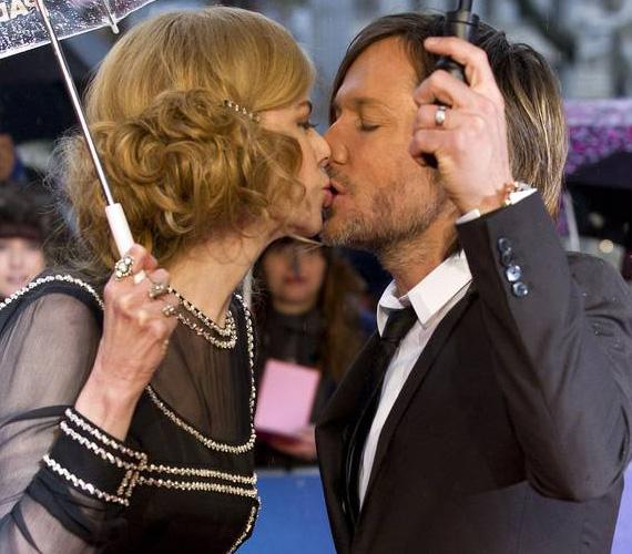 Bár Nicole Kidman és Keith Urban már nem friss házasok - 2006-ban mondták ki az igent -, láthatólag még mindig odavannak egymásért. Legutóbb múlt héten kapták le őket a vörös szőnyegen csókolózva, miközben megérkeztek a Paddington című film premierjére a londoni Leicester térre.