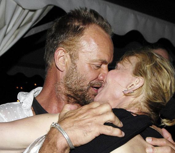 Sting és Trudy 22 éve mondták ki az igent, de a szenvedélyükből ítélve még mindig nincsenek túl a mézesheteken. Itt éppen St Tropez-ban múlatták az időt, amikor tánc közben úgy érezték, meg kell csókolniuk egymást.