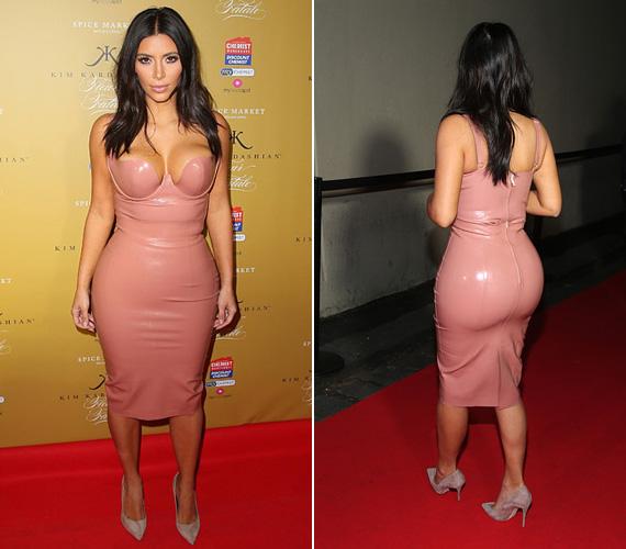 Kim Kardashian imádja latexben hangsúlyozni kerek idomait, de ebben a halványrózsaszín ruhában úgy nézett ki, mint egy töltött virsli, amikor kedden megjelent a Fleur Fatale parfümének bemutatóján Melbourne-ben.
