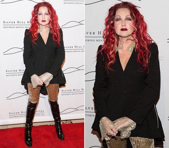 Pink hajával, aranyszínű leggingsével, bőrcsizmájával kicsit olyan hatást keltett, mintha más korból lépett volna elő.