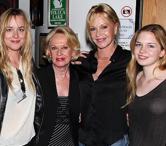 Dakota Johnson, nagyanyja, Tippi Hedren, Melanie Griffith és a féltestvér, Stella del Carmen Banderas.