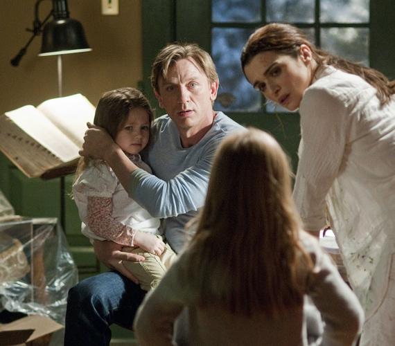 A Dream House-ban Craig egy sikeres könyvkiadót alakít, aki családjával egy baljós kisvárosi házba költözik, a film szeptemberben kerül a mozikba.