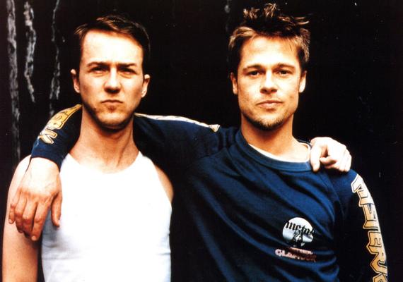 Amikor a Harcosok klubjában Brad Pitt és Edward Norton golflabdákkal szórakoznak, az valójában egy részeg pillanatukban történt. A rendező, David Fincher nem szidta le őket, hogy ittasan érkeztek a forgatásra, inkább kihasználta a kínálkozó alkalmat.