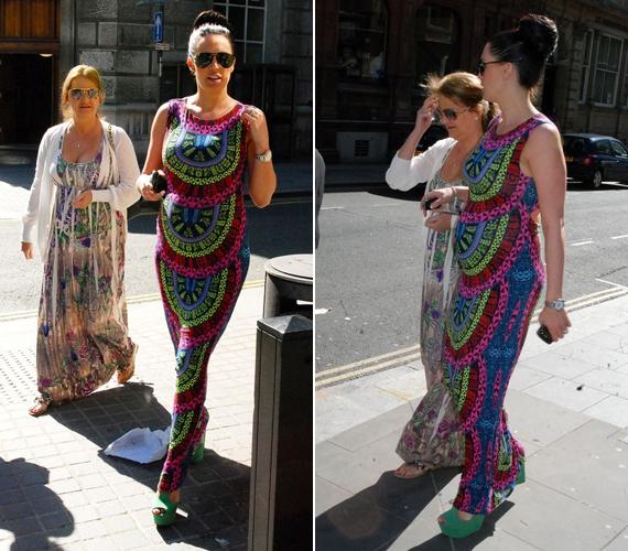 Édesanyjával ment vásárolni egy színes, földig érő ruhában, melynek mintázata kihangsúlyozta aranyos pocakját.