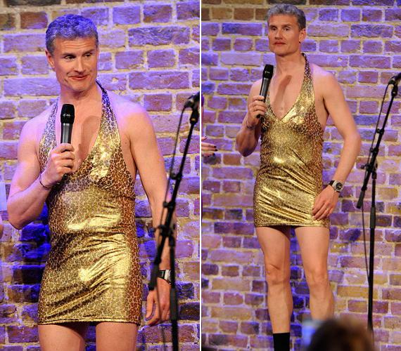 Hangos kurjongatás és nevetés fogadta az arany miniruhában színpadra lépő David Coulthardot.