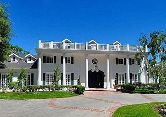 A kolonial stílusban épült ház alig 30 mérföldre van a sztárok kedvenc partszakaszától, Malibutól.