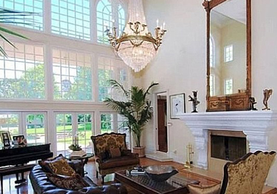 A nappaliban a plafonig felnyúló ablakok engedik beáramolni a fényt.