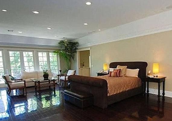 Ez már egy otthonosabb hálószoba. A bútorokban a csokiszínt részesítették előnyben.