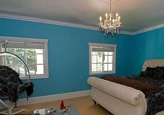 Az egyik hálóban kék falak várják az embert. Kicsit rideg lesz tőlük a szoba.