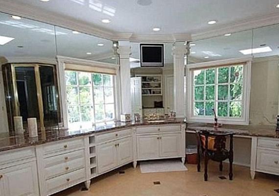A sztár fürdőszobája akkora, mint másnak a lakása. Kicsit olyan, mintha a konyhabútorról vettek volna mintát.