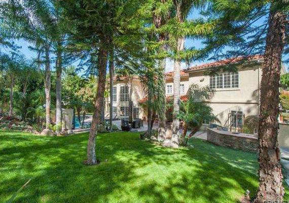 Gyönyörű zöld környezetben fekszik a ház, ami ideális a kikapcsolódásra, illetve arra is, hogy bárki visszavonuljon a nyüzsgő hollywoodi élettől.