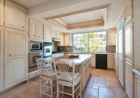 A beépített konyha a legmodernebb eszközökkel felszerelt, a gránitpultnál pedig akár étkezni is lehet, nem kell különvonulni.