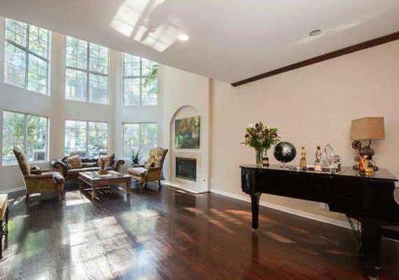 A ház terei tágasak, és minimalista stílusban rendezték be őket, éppen csak a legszükségesebb bútorok kaptak helyet.