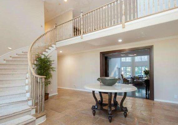 Az emeletre egy látványos lépcsősoron vezet az út, ahol négy családi hálószoba és egy közös nappali helyiség található, valamint egy tágas gardróbszoba, ahova a lakók összes ruhája kényelmesen befér.