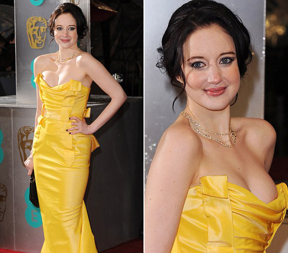 A 31 éves Andrea Riseborough egy sárga Vivienne Westwood ruhát választott, ami kiemelte nőies idomait.