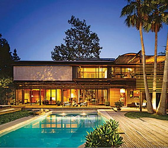 A kétszintes, kaliforniai stílusú ház - kivilágított kertjével és feszített víztükrű medencéjével - egészen impozáns látványt nyújt.