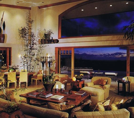 Nem csak a ház homlokzata, a belső tér és a berendezés is az ötvenes éveket idézi, bár a nappaliba sok modern designerbútor is került.