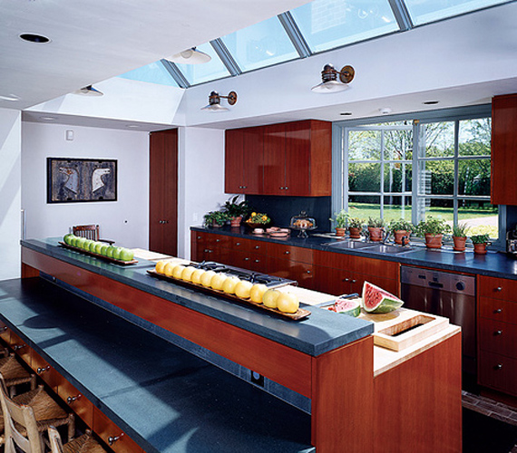A konyha az alsó szinten terül el, nagy ablakain csak úgy árad be a napfény, a reggelizőpultnál az egész család kényelmesen elfér.