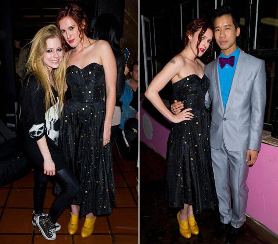 Fekete alapon sárga pöttyös ruhájában ugyanolyan mosolygósan pózolt Avril Lavigne mellett, mint sármos kísérője oldalán.