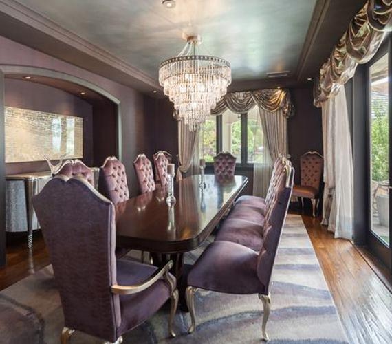 Denise Richards házának ebédlője leginkább olyan, mintha egy kastélyban járnánk. A szürkéslila bársonyfelületek, a kristálycsillár és az ezüst színű függönyök mind ezt a hatást erősítik.
