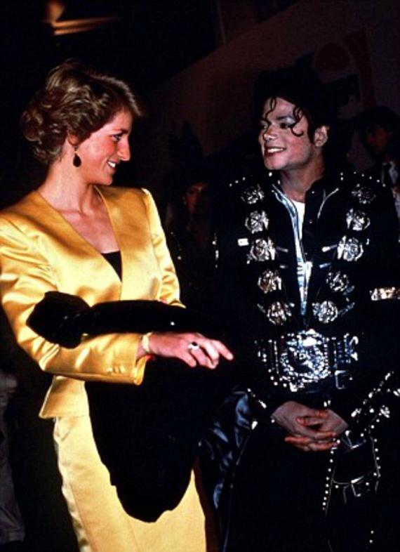 A legnagyobb sztárok keresték a barátságát: szoros kapcsolatot ápolt Michael Jacksonnal, Elton Johnnal és Freddie Mercuryval is, aki többször fiúnak öltöztetve csempészte be a koncertjeire, hogy senki ne ismerjen rá.