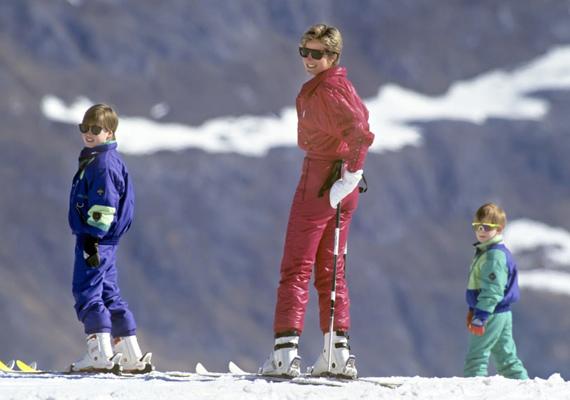 1991-ben készült ez a fotó, amikor a hercegi családi síelni ment az ausztriai Lechbe. Diana hercegnő vicces pózba vágta magát a kép kedvéért, fiai pedig követték a példáját. Harry herceg különösen édes ezen a felvételen, vagány, neonszínű napszemüvegében ellopta a show-t.