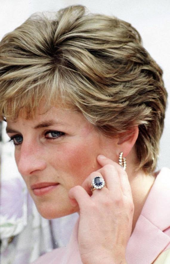 Annak idején a királyi ékszerész keze munkáját dicsérte az előkelőségeknek szánt összes csecsebecse, így Diana eljegyzési gyűrűjét is neki kellett volna elkészítenie. Ő azonban megtörte a hagyományt: a Garrard ékszerüzlet katalógusából rendelte meg a gyémántgyűrűt, ami ma Katalin hercegné ujján díszeleg.