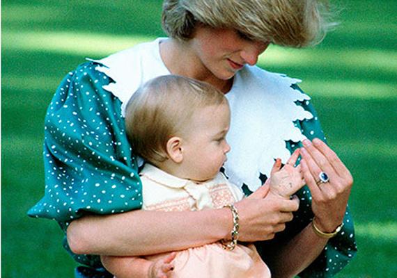 Diana a tíz hónapos Vilmos herceggel 1983-ban, Új-Zélandon. A hercegnő izgatottan várta fia születését, a BBC-nek azt nyilatkozta, hogy nagyon megkönnyebbült, amikor megtudta, hogy fiú trónörököst adhat Angliának.