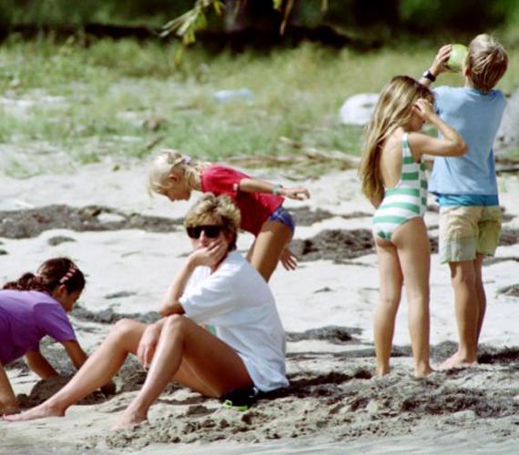 Ez a kép szintén akkor készült, amikor az előző, vagyis 1993-ban a Karib-tenger partjainál. Diana hercegnő elgondolkozva nézte a vizet.