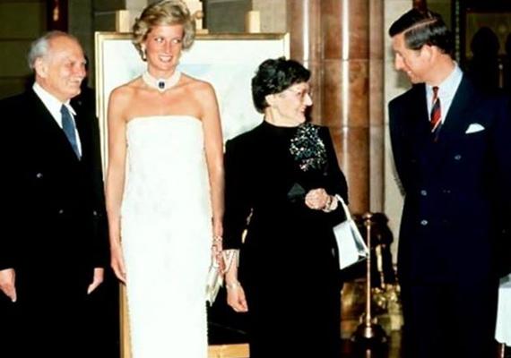 Közös fotó is készült a hercegi párról a köztársasági elnök és felesége társaságában.