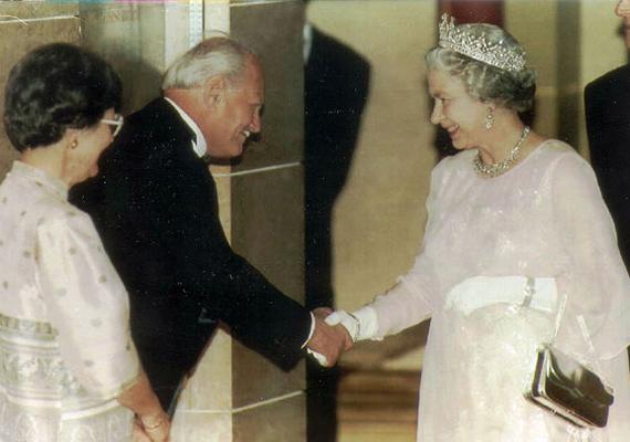 Göncz Árpádnak volt lehetősége Erzsébet királynővel is találkozni, aki 1993. május 4-én érkezett hazánkba.