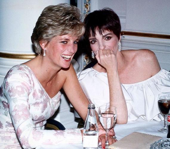 Ezen az 1991-ben készült fényképen Diana hercegnő Liza Minnelli társaságában látható. Diana, becenevén Lady Di ekkor 30 éves volt, a színész-énekesnő Minnelli pedig 45.