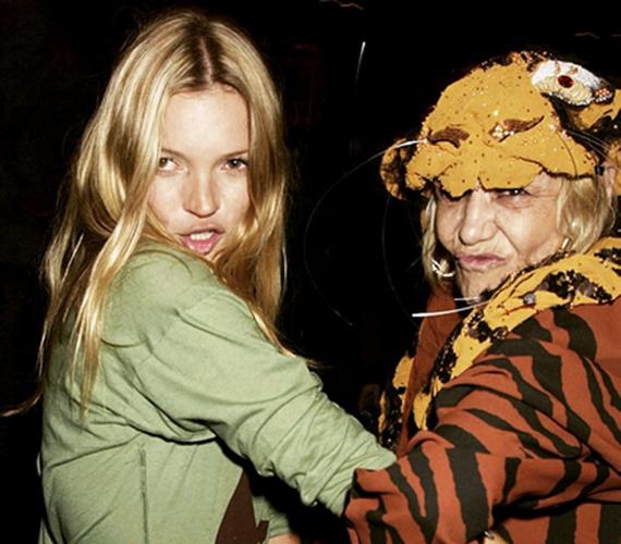 Dave Bennett 2001-ben lőtte ezt a furcsa képet az idén 41 éves Kate Moss szupermodellről és a ma már 73 éves Vivienne Westwood divattervezőről. A kép készítésének ideje óta eltelt időben csak még jobb barátnőkké váltak.