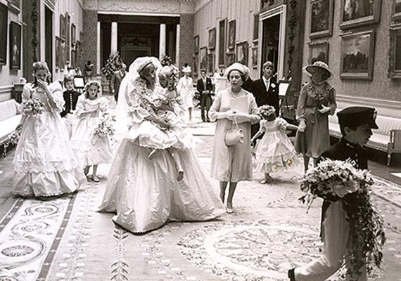 Erzsébet királynő árgus szemmel figyeli az esküvői előkészületeket. Állítólag akkoriban még nagyon kedvelte leendő menyét és méltó párnak tartotta fiához.