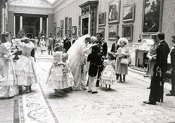 Diana hercegnő a kis virágsziromszóró lányok és leendő férje, Károly körében.