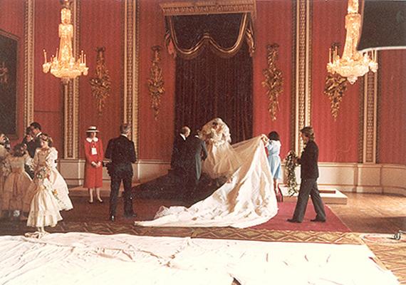 A segítők igazítják Diana uszályát. A hercegnő csodálatos Emmanuels ruhája a mai napig keresett fazon a menyasszonyok körében.