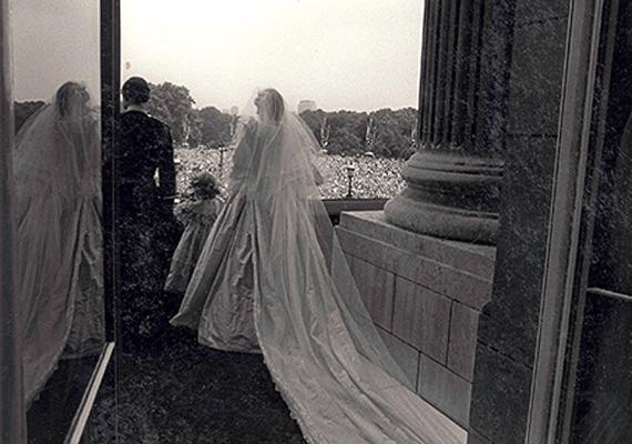 Az ikonikus fotót, melyen Diana és Károly esküvőjük után a palota erkélyéről integet az összegyűlt tömegnek, így még sosem láthattuk. Ezúttal hátulról kapták lencsevégre a hercegnőt és szépséges fátylát.