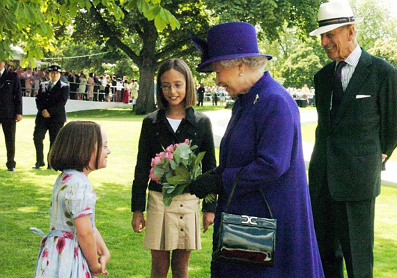 Diana halála után Erzsébet királynő is találkozott a kislánnyal a hercegnő emlékére állított szökőkút átadásán. Domenica még egy kis csokor virággal is meglepte az uralkodónőt.