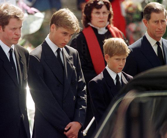 A fotón Diana öccse, Vilmos, Harry és Károly herceg. Diana öccse, Lord Spencer nem csupán Dianát méltatta szavaival, hanem elmarasztalta a sajtót is, mert szerinte az ő hibájukból és erőszakosságuk miatt következett be a tragédia. Egyszersmind arra kérte a médiát, hogy Vilmost és Harryt, Diana fiait ne tegyék ki ennek a hajtóvadászatnak. Vilmos 15, Harry pedig 13 éves volt, amikor édesanyjuk meghalt.