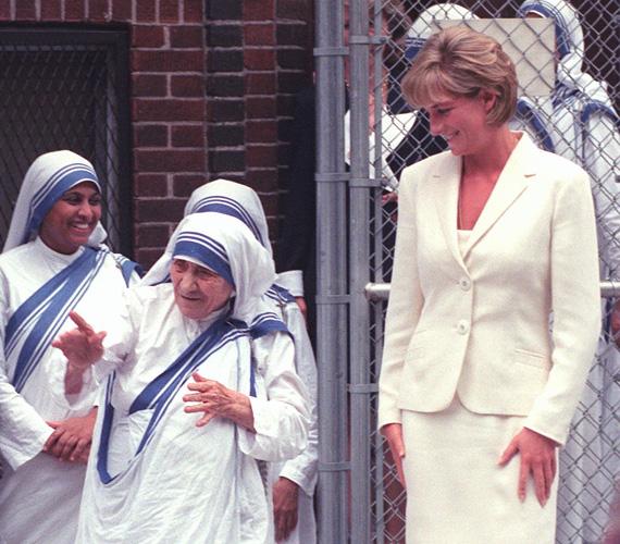 Diana korábban Teréz anyával is találkozott, akit példaképnek tekintett áldozatkészségéért és önzetlenségéért. A sors különös fintora, hogy Teréz anya pár nappal Diana tragédiája után, szeptember 5-én halt meg 87 éves korában. Halálhíre egy nappal később, szeptember 6-án jutott el a sajtóhoz - pontosan Diana temetése napján.