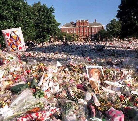 Hihetetlen mennyiségű virágot hagytak ott a hercegnő rajongói a Kensington-palota arany kapuja előtt - a csokrokra többen Diana arcmását vagy a szív királynő kártyalapot helyezték el. Utóbbival utalva Diana becenevére, sokan a szívek királynőjének is nevezték, mert gyakran jótékonykodott, és ellátogatott a fejlődő országokba vagy háború sújtotta övezetekbe is.