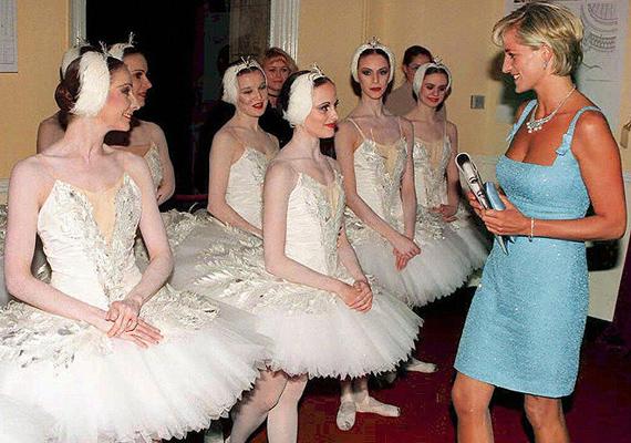 1997. június 3-án Diana hercegnő ellátogatott Albert Hallba, a Hattyúk tava balettre. A hercegnő, aki az Angol Nemzeti Balettlelkes támogatója volt, az előadás után gratulált a táncosoknak az öltözőben a csodás előadáshoz.