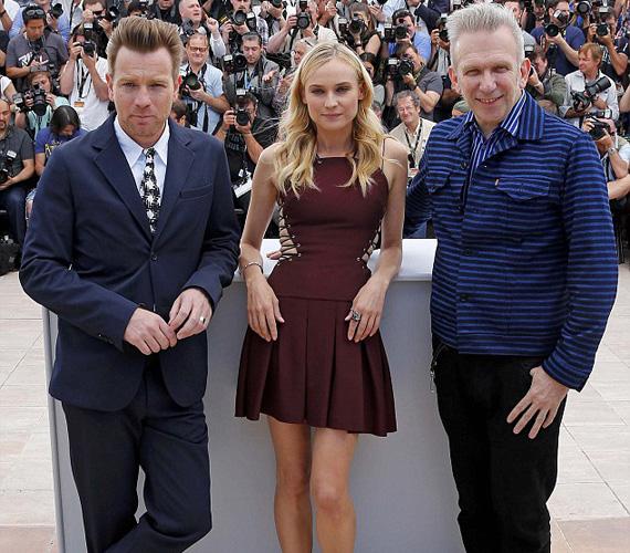 A zsűri tagja a skót színész, Ewan McGregor és a francia divattervező, Jean-Paul Gaultier is. Utóbbi bizonyára elismerő szavakkal méltatta a színésznő ruhaválasztását.