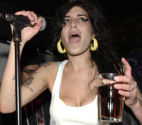Amy Winehouse koncert közben is iszik