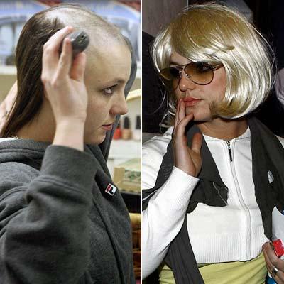 Britney épp fejét borotválja