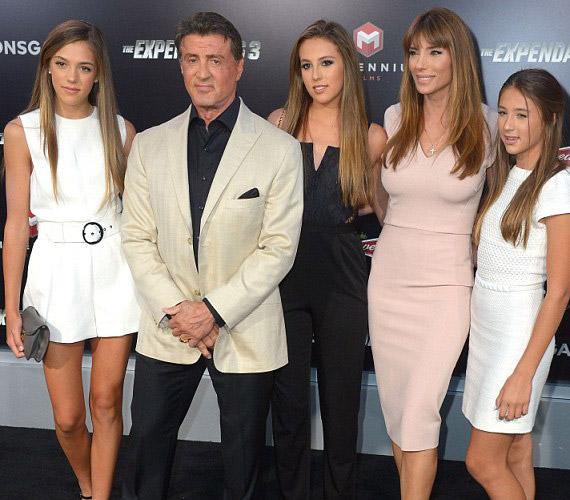 Sylvester Stallonét igazi hölgykoszorú vette körbe - balról jobbra: Sistene Rose Stallone, Sophia Rose, a felesége, Jennifer Flavin és harmadik lánya, Scarlet Rose.